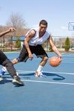 Uomini che giocano pallacanestro una su una Fotografia Stock Libera da Diritti