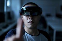 Uomini che giocano realtà virtuale con Hololens con gli effetti Fotografia Stock Libera da Diritti