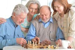 Uomini che giocano scacchi immagine stock