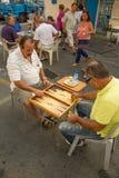 Uomini che giocano tavli (tavola reale) Immagini Stock Libere da Diritti