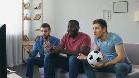 Uomini che guardano calcio, alta aspettativa dello scopo, urlo sbottato dopo segnato video d archivio
