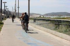 Uomini che guidano sul percorso della bici Fotografie Stock