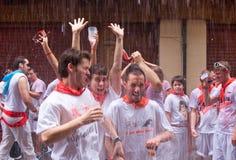 Uomini che hanno divertimento al festival di San Fermin Fotografia Stock