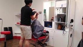 Uomini che hanno un taglio di capelli Fotografia Stock Libera da Diritti