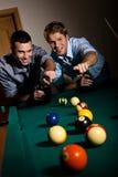 Uomini che indicano alla sfera dello snooker fotografia stock libera da diritti