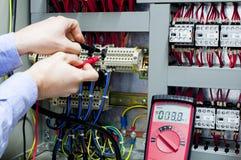 Uomini che lavorano al pannello di controllo Fotografia Stock