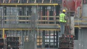 Uomini che lavorano alla costruzione stock footage