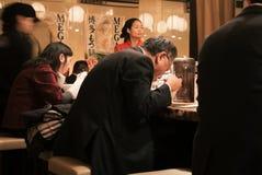 Uomini che mangiano ramen in un ristorante di ramen Immagine Stock Libera da Diritti
