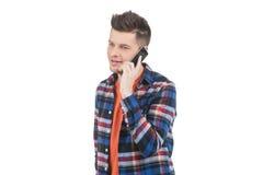 Uomini che parlano sul telefono cellulare. Fotografia Stock