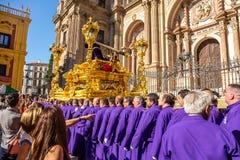 Uomini che portano statua di Gesù Fotografia Stock Libera da Diritti
