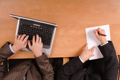 Uomini che preparano contratto - sul computer portatile e sul documento immagini stock