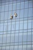 Uomini che puliscono le finestre Fotografia Stock