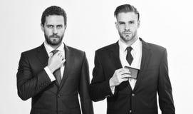Uomini che regolano i vestiti Sicuro nel loro stile La gente di affari sceglie l'abbigliamento convenzionale Ogni dettaglio impor fotografia stock libera da diritti