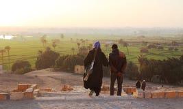 Uomini che scendono al villaggio Fotografia Stock Libera da Diritti