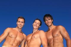 Uomini che si distendono sulla spiaggia Fotografia Stock