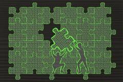 Uomini che sollevano pezzo di puzzle con il codice binario per colmare una lacuna Immagine Stock