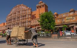 Uomini che spingono automobile a Jaipur Immagini Stock