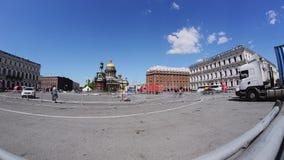 Uomini che sviluppano fase per l'evento sulla via di San Pietroburgo Timelapse Operai stock footage