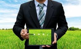 Uomini che tengono piantatura di tecnologia della compressa del touch screen fotografie stock libere da diritti