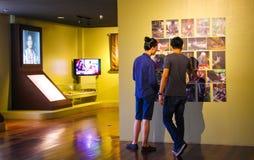 Uomini che visitano un museo fotografia stock