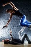 Uomini con il combattimento delle pistole Fotografia Stock
