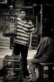Uomini con le gabbie dei mercati dell'uccello di Malang, Indonesia Fotografie Stock Libere da Diritti