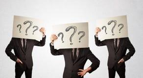 Uomini confusi nel gesturing convenzionale con i punti interrogativi su cardboar royalty illustrazione gratis