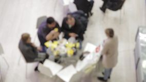 Uomini d'affari alle tavole rotonde nei colloqui video d archivio