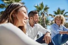 Uomini d'affari bei che parlano insieme risata dell'esterno fotografie stock libere da diritti