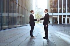 Uomini d'affari che agitano le mani Fotografia Stock Libera da Diritti