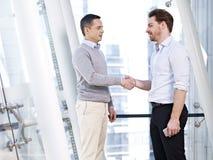 Uomini d'affari che agitano le mani Immagine Stock