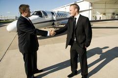 Uomini d'affari che agitano le mani davanti a je corporativo Fotografia Stock