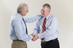 Uomini d'affari che agitano le mani nelle congratulazioni. Fotografie Stock