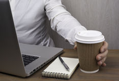 Uomini d'affari che bevono caffè dalle tazze di carta Fotografie Stock Libere da Diritti