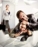 Uomini d'affari che combattono per la firma del contratto Immagini Stock