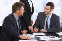 Uomini d'affari che discutono contratto immagini stock libere da diritti