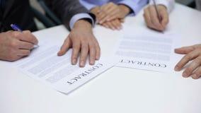 Uomini d'affari che firmano un contratto video d archivio