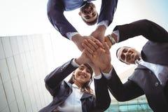 Uomini d'affari che formano una pila della mano Fotografia Stock Libera da Diritti