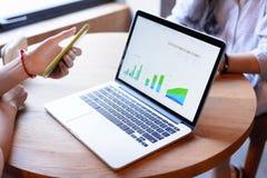 Uomini d'affari che lavorano con il computer portatile e Smartphone Fotografie Stock