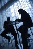 Uomini d'affari che mangiano caffè Fotografia Stock Libera da Diritti