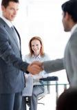 Uomini d'affari che si accolgono ad un'intervista di job immagini stock libere da diritti