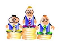Uomini d'affari che si levano in piedi su un basamento delle monete Fotografie Stock