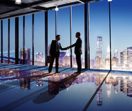 Uomini d'affari che stringono le mani nella città Fotografia Stock