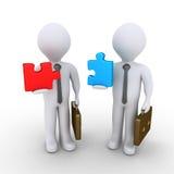 Uomini d'affari circa per unire i pezzi di puzzle Fotografia Stock Libera da Diritti
