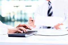 2 uomini d'affari con il computer portatile Fotografie Stock Libere da Diritti