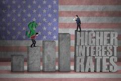 Uomini d'affari con il grafico di tassi di interesse Fotografia Stock