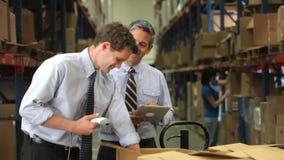Uomini d'affari con l'analizzatore e la compressa di Digital archivi video