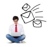 Uomini d'affari con l'icona del email sopraelevata Immagini Stock