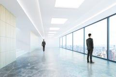 Uomini d'affari in corridoio concreto Fotografia Stock Libera da Diritti