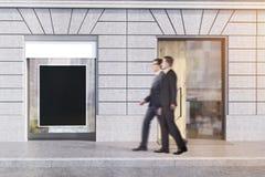 Uomini d'affari dentro in città Immagine Stock Libera da Diritti